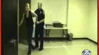 Мент избивает женщину