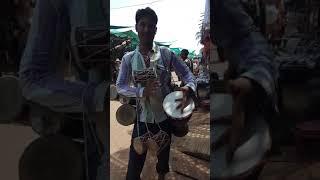 Ndia Goa 20170405 Биг-бит от уличного продавца на дневном рынке в деревне Анжуна штат Гоа Индия
