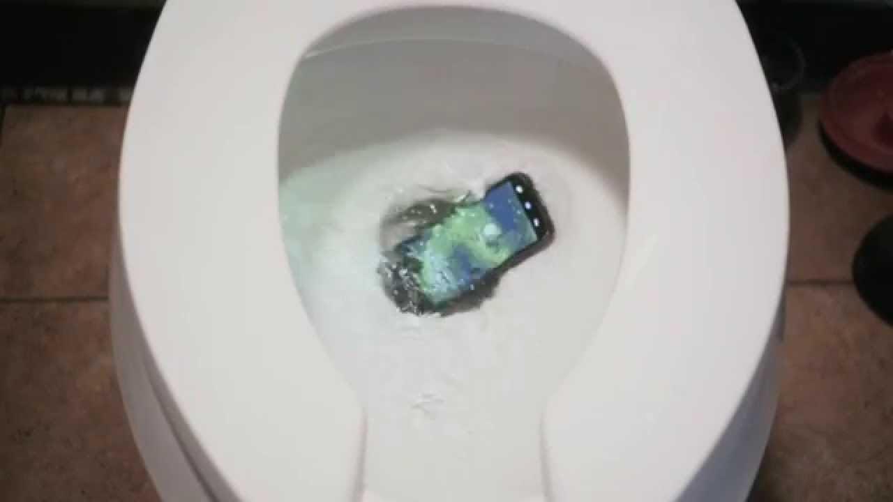 Картинка с зарядкой от телефона в туалете