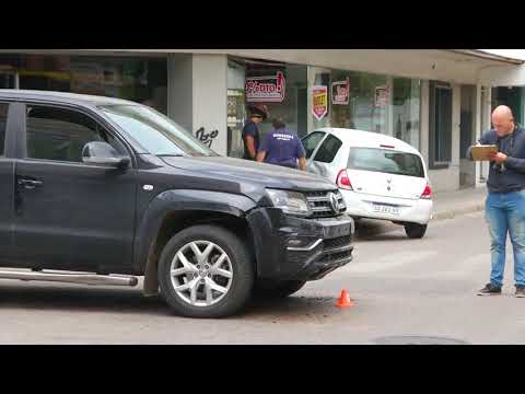 Un auto impactó contra la vidriera de un local en pleno centro
