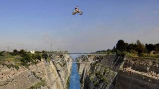 85-Meter-Sprung: Motocrosser fliegt über den Kanal von Korinth