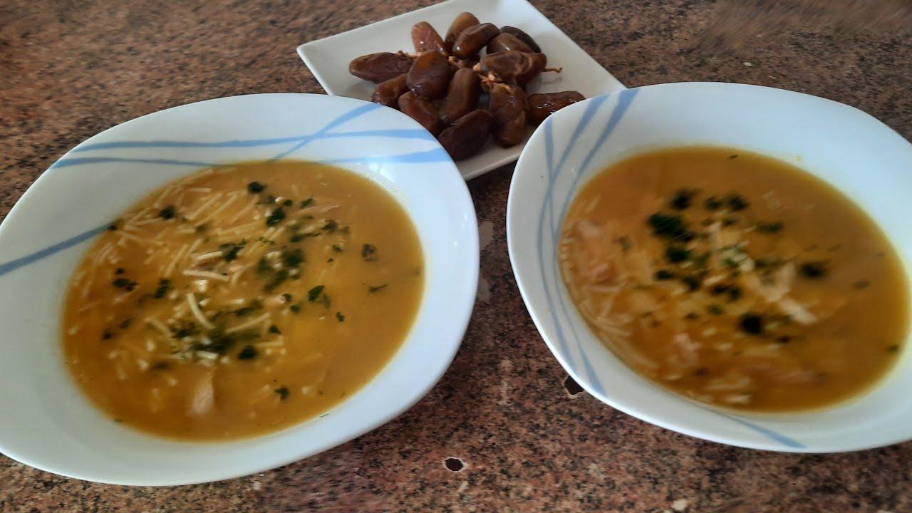 sopa de pollo con fideos y verduras y sin grasa.
