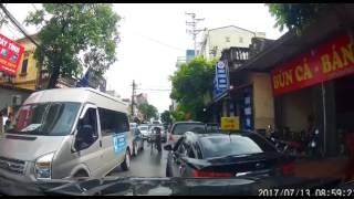 Ôtô đỗ xe đi ăn sáng làm tắc cả đoạn đường dài