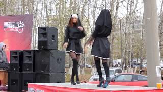 На празднике Радио Шансона. Девушки - монашки, танцуют Go-go. (Girls nuns, dancing Go-Go.)