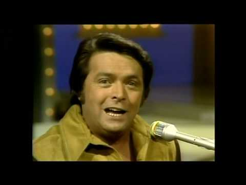 Mickey Gilley   Don't The Girls All Get Prettier At Closing Time   1975