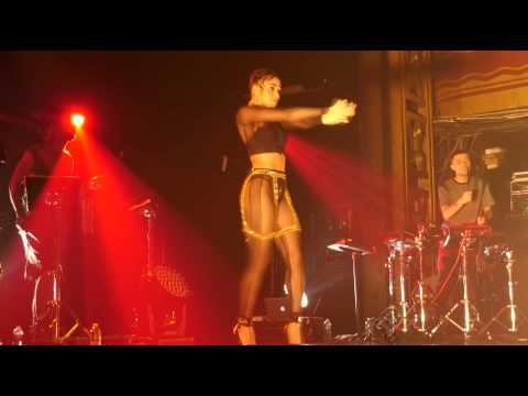 How to pick up a microphone FKA twigs style