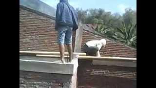 Repeat youtube video tukang batu asyik intip cwek mandi