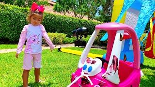 Mia rửa xe đồ chơi cho Nastya và Artem