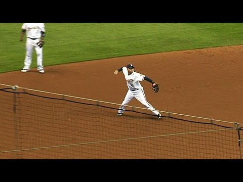 2011 NLDS Gm1: Hairston makes two great defensive plays