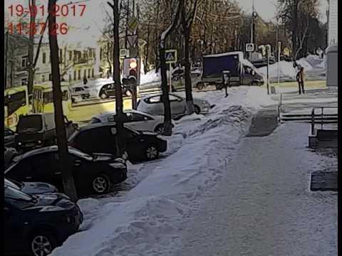 Екатеринбуржец припарковал машину у работы, а через 14 минут на ней уехали угонщики