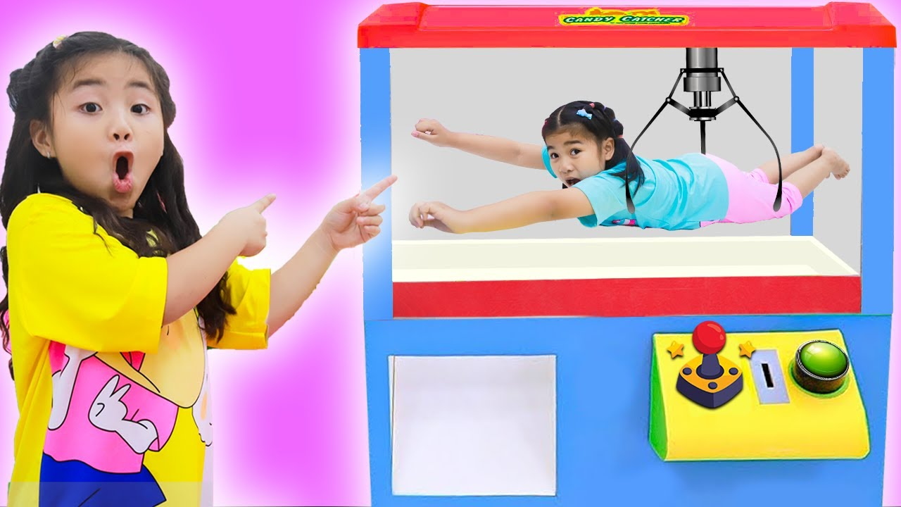 Suri and Annie Pretend Play with Giant Claw Machine with Toys Kids Story