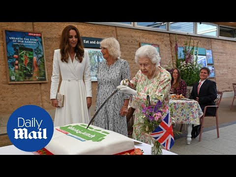 Queen ignores advice and chooses sword over knife to slice cake
