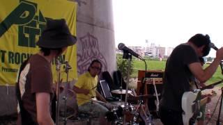 パンクバンドNEGA POZIの初LIVEパフォーマンを完全収録。 2009年7月18日二子玉川高架下で開催された「Petit Rock Fes'09」のオープニングアクトを飾った! のその2。