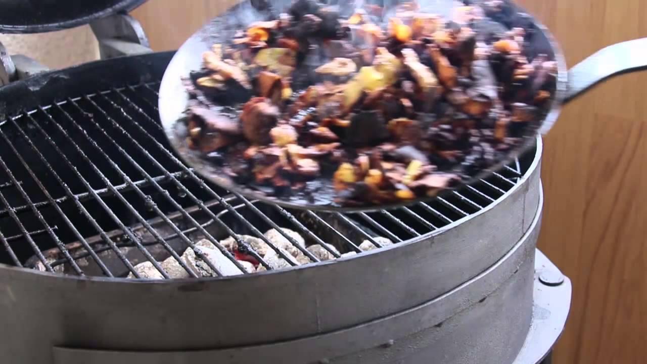 Weber Holzkohlegrill Einbrennen : Selfmade bbq eisenpfanne einbrennen auf dem grill youtube