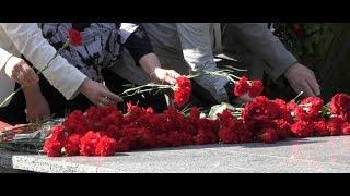 Киргизстанці несуть квіти та іграшки до Посольства Росії