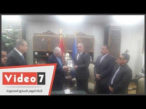 اليوم السابع :محافظ السويس يهدى وزير التعليم درع المحافظة