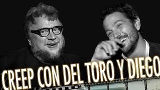 Guillermo del Toro y Diego Luna cantando juntos