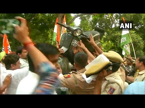 Youth Congress protest outside Nitin Gadkari's house over amended traffic fines