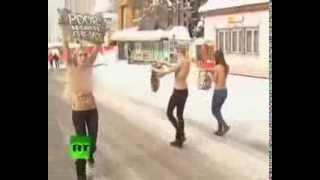 Протест фиминисток с голой грудью видео(Три топлесс украинских демонстрантов были задержаны в субботу при попытке взломать приглашение-только..., 2013-11-27T17:51:22.000Z)