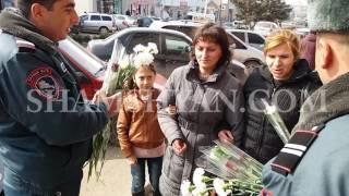 Արթիկում այսօր՝ մարտի 8 ին, ոստիկանները կանանց, աղջիկներին ու տատիկներին նվիրում էին ծաղիկներ