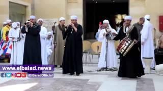 زوار'المتحف الإسلامي'يرقصون مع التنورة على المزمار البلدي .. فيديو وصور