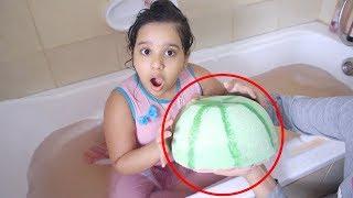 أكبر باث بومب في العالم على شكل بطيخ 🍉!! أجمل رده فعل لطفلة تضحك!!