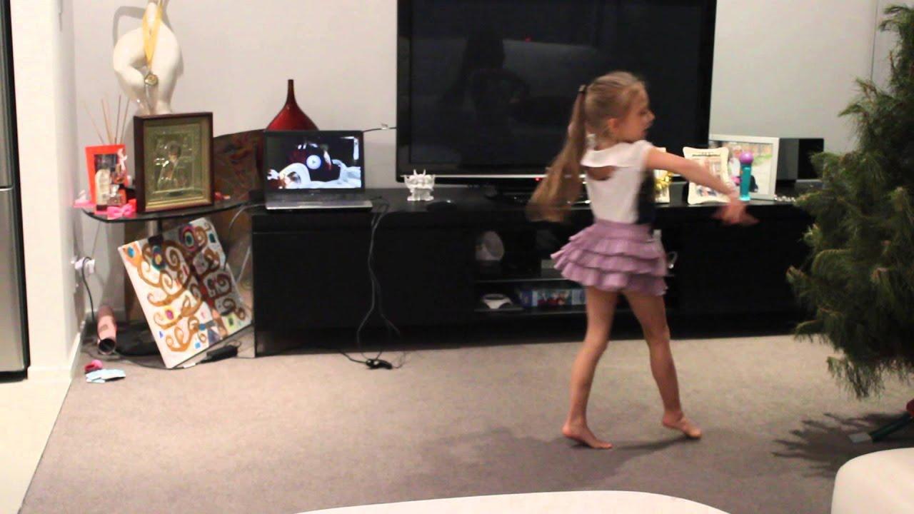 Грудастая девочка танцует фото 99-548