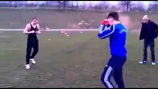 футболист против боксера
