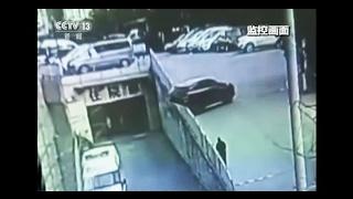 اتومبیل در حال سقوط، باعث سقوط یک بچه و مادرش شد