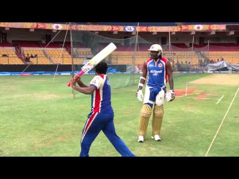 A funny moment of Murali showing gayle how to hit a six