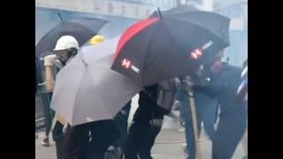 观塘游行警民爆发冲突 现场互掷砖头催泪弹
