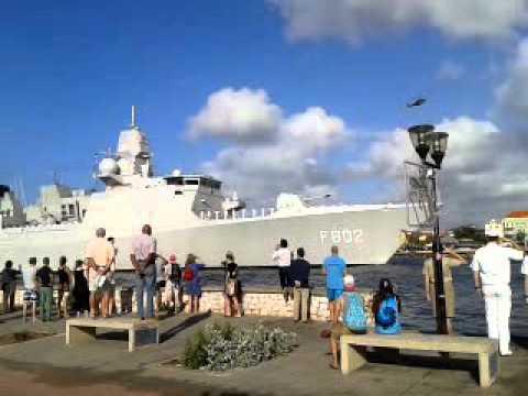 Zr.Ms. De Zeven Provinciën loopt Sint Annabaai binnen te Willemstad Curaçao (22-01-2016)