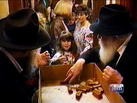 הרבי מחלק עוגת דבש לשנה טובה ומתוקה.