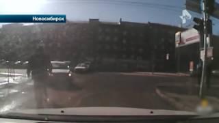 Автохам окатил пешехода из лужи, а затем избил его на проезжей части в Новосибирске