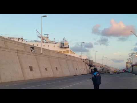 Un ferry de la naviera armas se empotra con el muelle for Oficinas de naviera armas