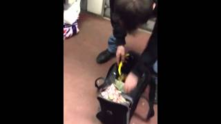 Мужик в питерском метро режет салат