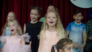 Детьми снимают музыкальные клипы в школе молодого кино