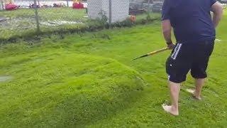 Direkt im Garten findet er ein seltsames Naturphänomen!