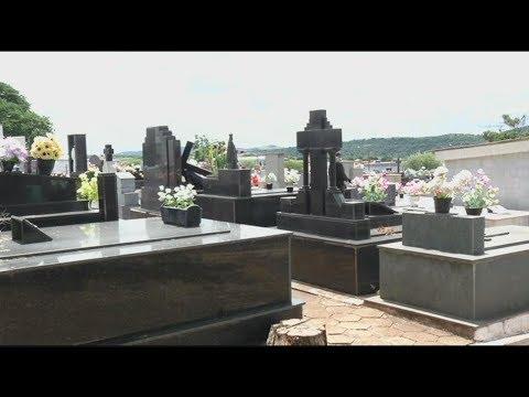 Idosa esquece horário de visitação e fica presa em cemitério | Primeiro Impacto (22/02/18)