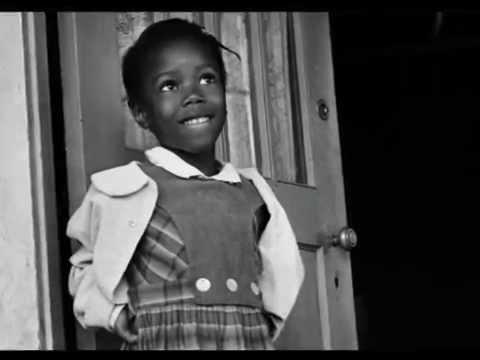 Découvrez la première enfant noire à être inscrite dans une école pour blancs aux USA. Photos