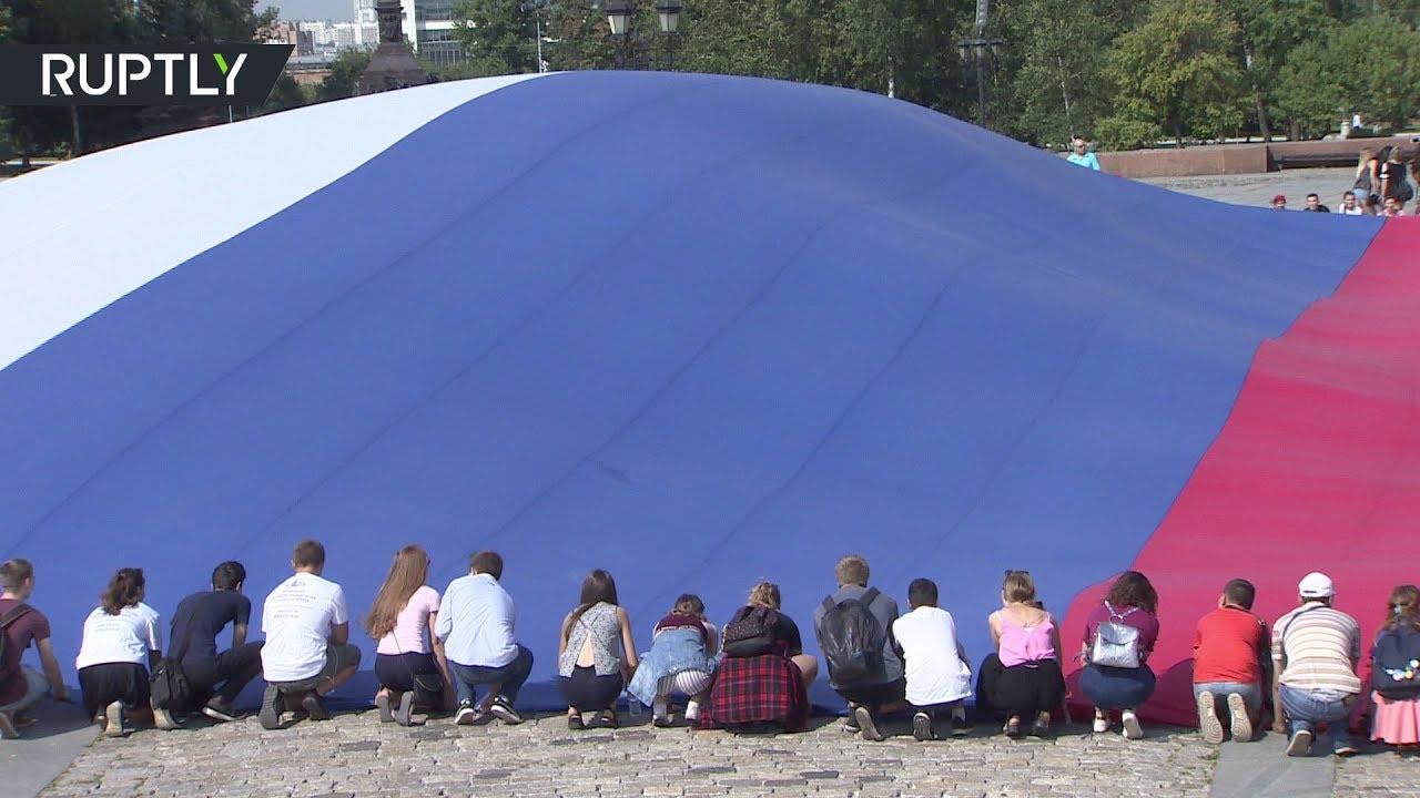 Гигантский триколор растянули в Москве по случаю Дня Государственного флага