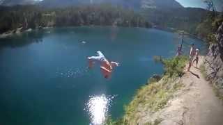 Классный прыжок со скалы в воду