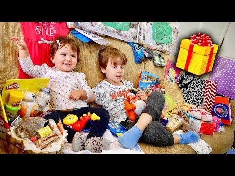 PRESENTES QUE O MARCOS E A LAURA GANHARAM EM SP!! Brinquedos da Hot Wheels, Play Doh e Cartas