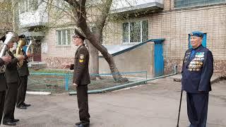 Будущие офицеры-спасатели исполняют военные песни во дворах фронтовиков в Кокшетау