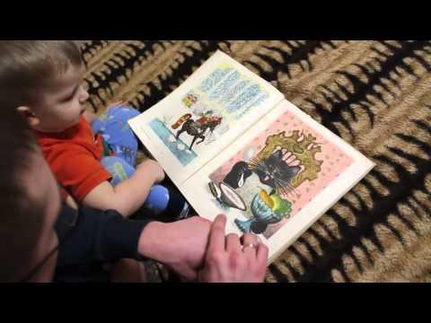 Дети и родители: детское творчество и развивающие игры, Сережа смотрит картинки с папой