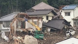 Raw: Prime Minister at Japan Landslide Site
