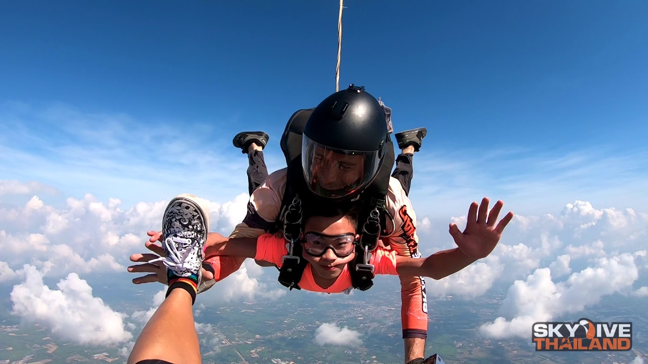 12 years old boy jump from 4000 meters .Gong Yichuan ...