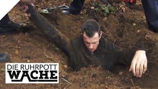 Im Wald verbuddelt: Michael Smolik schreitet ein   Die Ruhrpottwache   SAT.1 TV