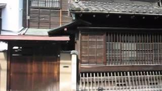 本郷通りにある小さな坂、見送り坂・見返り坂が落ち合う地点から菊坂下...