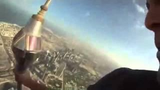 Burj Khalifa Dubai - Sitzend auf der Antennspitze auf dem höchsten Gebäude der Welt in 828 Meter!!